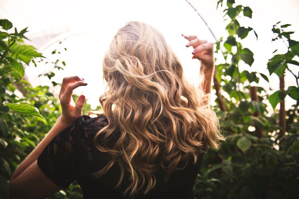 wavy blonde hair back view